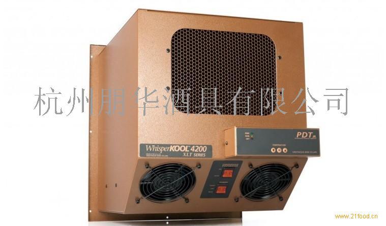 W4200+PDT 酒窖空调产品特征: 外形规格(宽*高*深):362*410*440MM,净重量:32KG,整机原装进口带木架 可调节温度范围:10-17摄氏度(华氏50-63度),精确0.5度 智能湿度调控范围:50-70%,中国大陆北方地区秋冬季需用加湿器增加湿度!! 使用有效空间:30立方米内 电器功率:启动220V 50HZ 32A,稳定运行后:220V 50HZ 9A 日耗电量:6KW/24H(13摄氏度/华氏55度状态下) 机器运行温度:0-44摄氏度 机器噪音比:35-50分贝,温度稳定后