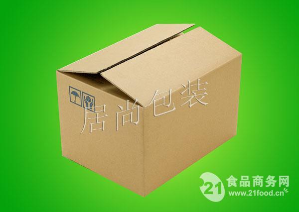 产品简介 树脂防水纸箱:   高分子树脂刮涂工艺,对纸箱内外纸成箱前预防水处理,使之表面形成一层匀质树脂膜,产品高度防水,所生产纸箱盛水半年不漏,是蔬菜、水果、药品、高档电器等产品的防水理想包装,且不影响包装制品再回收,使目前最为环保的防水纸箱包装。 防静电纸箱:   瓦楞纸箱、纸盒制作过程中添加纳米防静电材料,内表面涂布防静电涂层,具有双重防静电措施,可有效、及时消除内包装物所产生的静电,并有屏蔽外界静电之功能,是精密仪器仪表、易燃易爆毛棉制品、高档电器的最佳防静电包装。 防擦伤纸箱:   纸箱表纸净化
